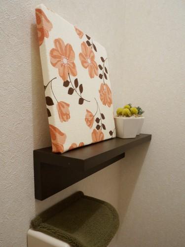 トイレに座って無印良品の壁につけられる家具(棚)を見た場合