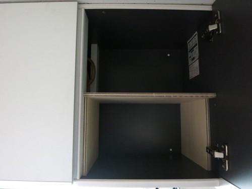 吊り戸棚を板に使って2段にしたところ