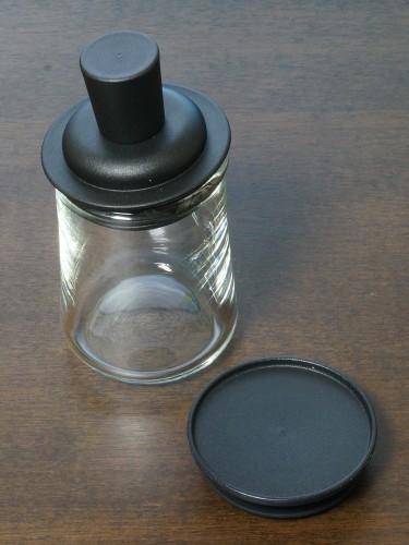 無印良品の丸型保存容器とふりかけボトルのパーツ